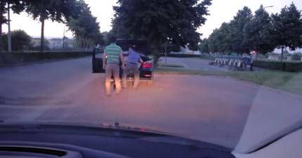 他超不爽前面的人超車,下車要跟對方理論。接下來對方從車廂拿出的東西讓他完全氣不起來。
