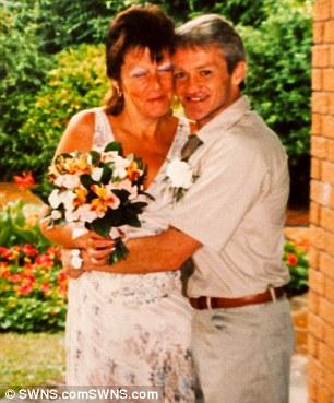在妻子抗癌失敗過世後,深愛她的先生把她化作天空中最絢爛的美好剎那。