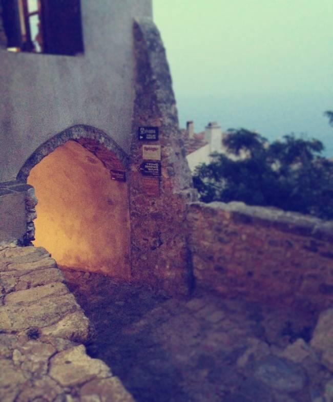 Monemvasia島是在西元前375年因地震與本島分離。