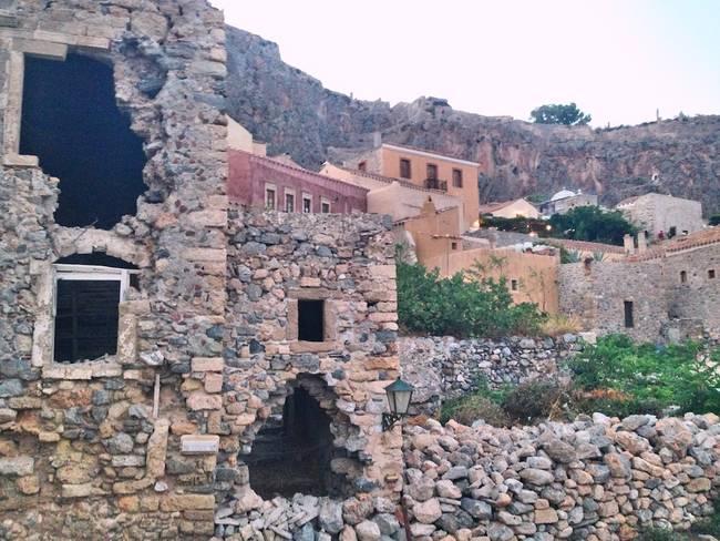 """這個""""巨大的大石頭""""把Monemvasia島嶼的美隱藏的恰恰好。"""