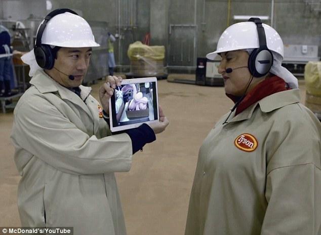 節目的一開始,主持人進入食物加工廠,便拿起網路瘋傳的圖片給工廠的導覽員看。