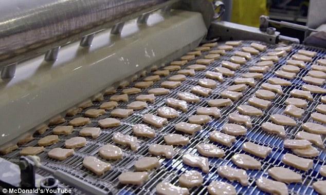塑形完成的雞塊經過機器後便完成裹粉步驟。