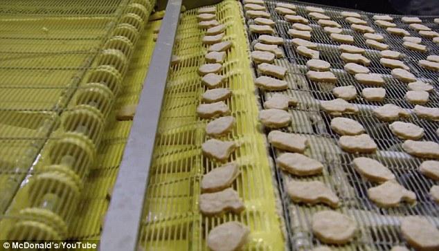 裹粉後的雞塊,外皮顏色已接近完成品的金黃色。