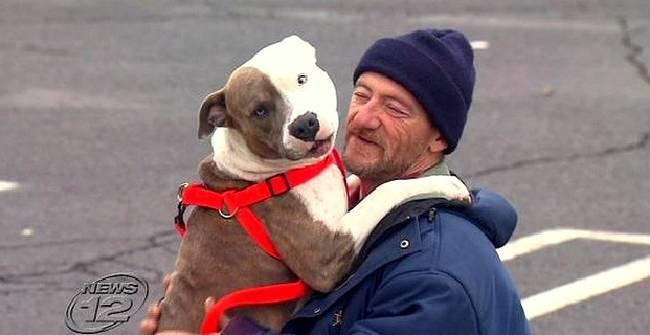政府跟這個遊民說他拋棄他的愛犬才能拿到輔助金。他選擇繼續流浪,但卻遇到了最好的奇蹟!