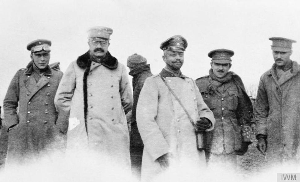這是張1914年聖誕節的照片。德軍士兵爬出他們的戰壕跟死敵英軍一同慶祝聖誕節,這是人類最大的勝利啊!