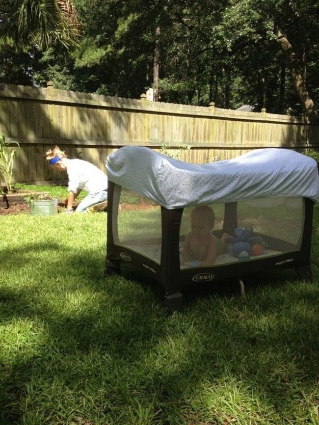 把孩子的遊戲床蓋上大小適中的床單,這樣小朋友就可以在戶外玩,又不怕被蚊子叮了!