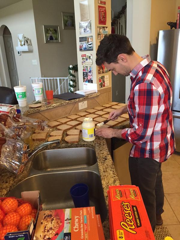 這名爸爸一直無法理解為什麼小兒子一直存錢,直到有一天廚房裡堆滿了紙袋。