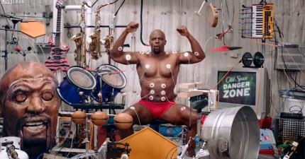 他用全身爆炸肌肉玩Band。這可能會是你看過最奇怪但也最酷的影片。