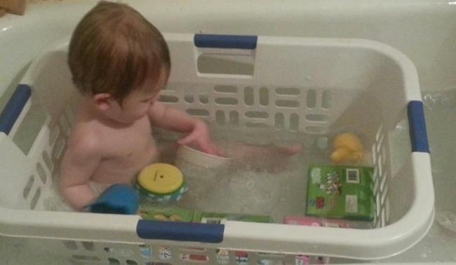 當小孩泡澡的時候,可以把他放在洗衣籃裡,這樣她的洗澡玩具就不會漂得太遠了!
