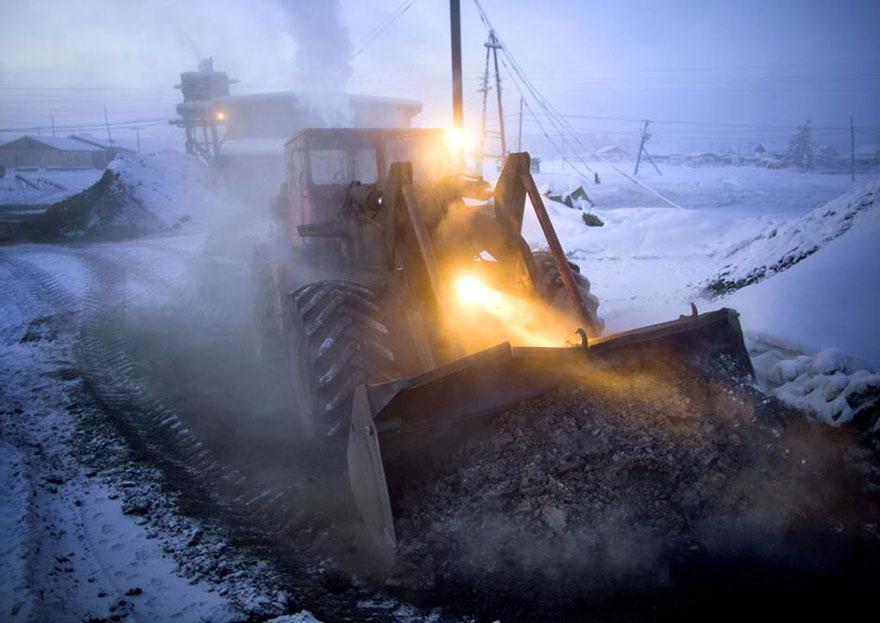 運煤的推土機。