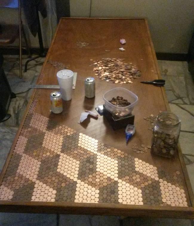 你一定用錢買過桌子,但這傢伙用錢「做」的桌子會把你的眼睛閃到瞎!