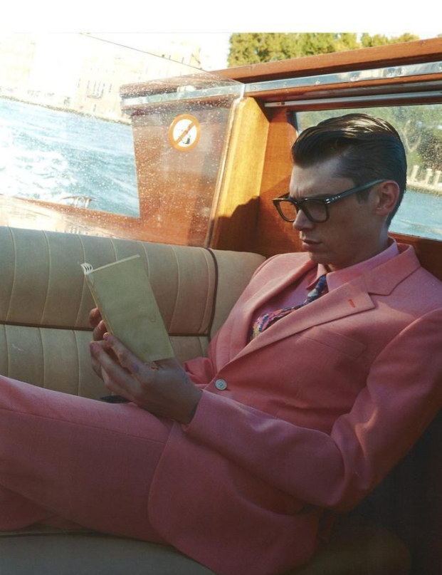 22. 我沒看過穿全身粉紅色比他帥的男生...