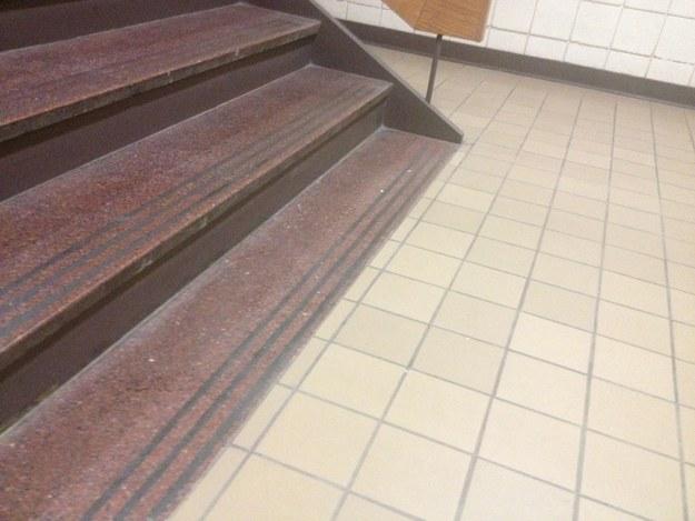 22. 這個樓梯的最後一個台階顯然把認為自己理當是這個樣子...