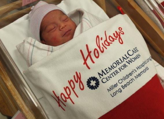 這些新手父母等不及接回新生寶寶,沒想到到了醫院就看到一個更大的驚喜!