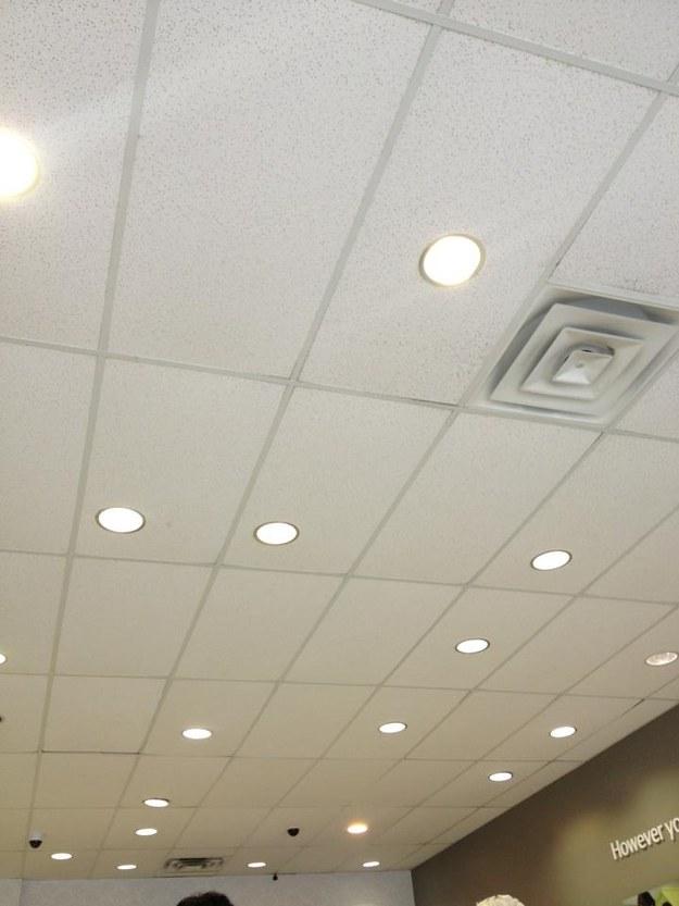 25. 過於隨性的天花板燈...