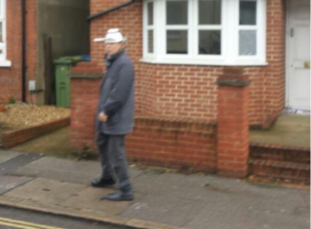 這名戴著瓢鍋走在路上的男子。