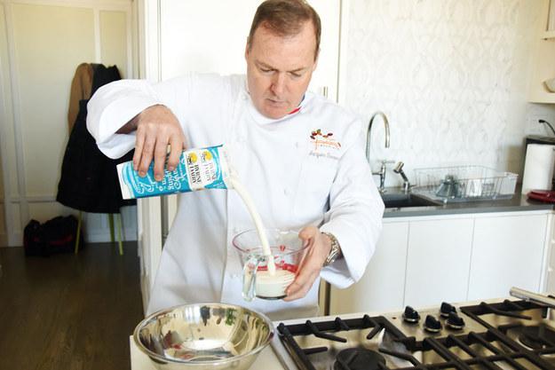 讓這位世界名廚教你如何在家就能簡單做出溫暖身心的五星級頂級熱巧克力。