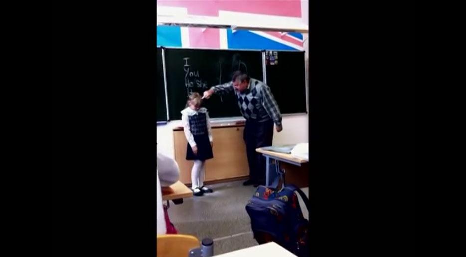 老師超兇對女學生又罵又推,女學生忍無可忍直接重踢老師胯下。