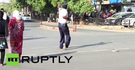 有人拍到這名印度警察在街上做的事情,證明你的夢想離你真的不遠。