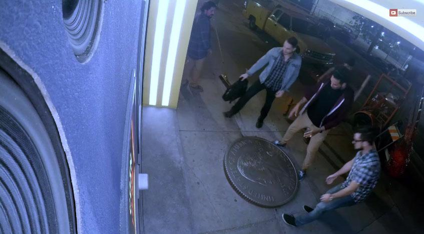 這3個好朋友在地上撿到一枚超大型硬幣後,結果就被抓進了真人版吃豆人遊戲裡。