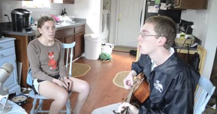 媽媽拍下兩個害羞孩子的演唱,結果這支影片意外的造成了轟動!