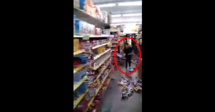 這個小孩子在超市裡的瘋狂行為會把你給嚇壞!