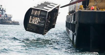 警察,有人把一堆廢棄地鐵車廂丟到海裡!等等...這比我想像的酷太多了!