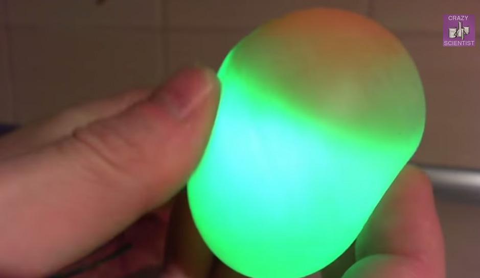 透過根本不用大腦的簡單方法,你就可以做出超科幻的彈跳透光雞蛋!