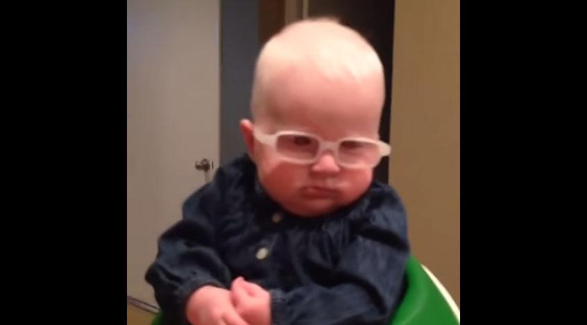 這個白化症寶寶戴上眼鏡第一次看到媽媽的樣子,結果她的反應也把我給融化了!