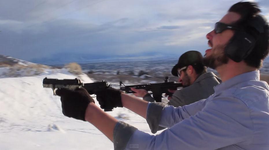 這個人坐在雪地裡利用手槍當樂器,唱出的歌曲打破了我對手槍的看法。