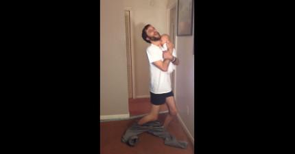不用手穿褲子已經很難了,這個老爸居然抱著嬰兒!