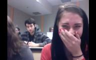 兩個女生在教室裡玩拍視訊,沒想到竟然拍到巧合到嚇人的奇蹟片段。