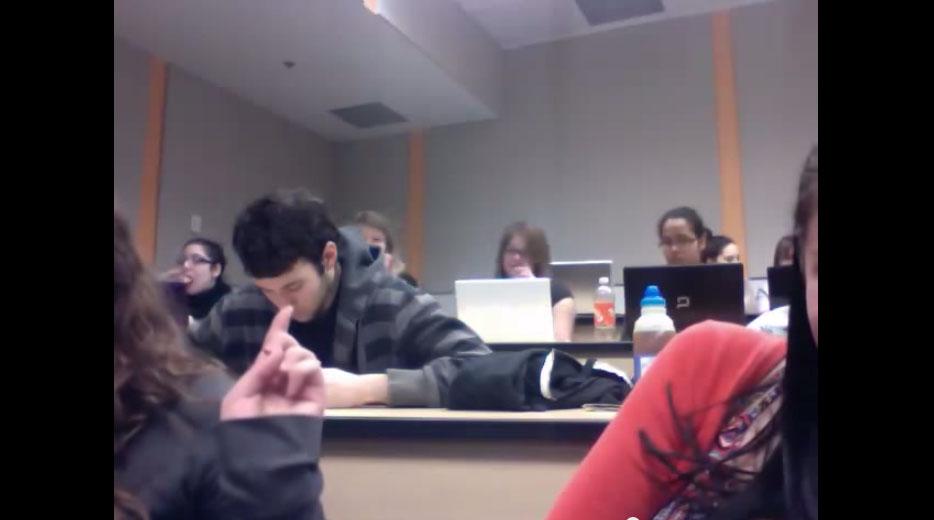 兩個女生在教室裡玩拍視訊 不小心拍到超誇張巧合