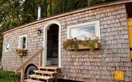 一對夫妻耗費4年利用跳蚤市場買到的零件打造出這間最浪漫的「校車豪宅」!