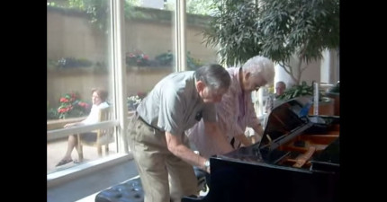 老夫婦本來只是去診所做身體檢查,但走進坐下鋼琴後「全場病患就都爽番了」!