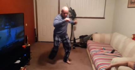 別看這個老爹好像遜遜的,他兒子拍下的這支影片證明有小肚肚也可以超性感!