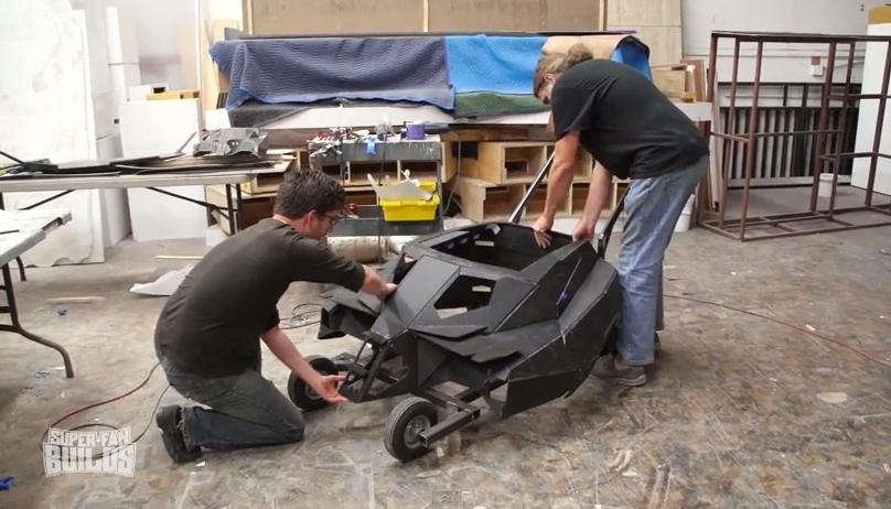 因為丈夫和兒子都是超級蝙蝠俠迷,所以她打造了這台可以媲美電影版本的「蝙蝠俠兒童推車」!