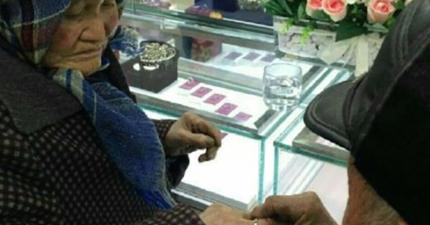 80歲老人家帶著畢生積蓄到珠寶店買鑽戒給太太。店員把這感人的故事分享,造成網友瘋傳。