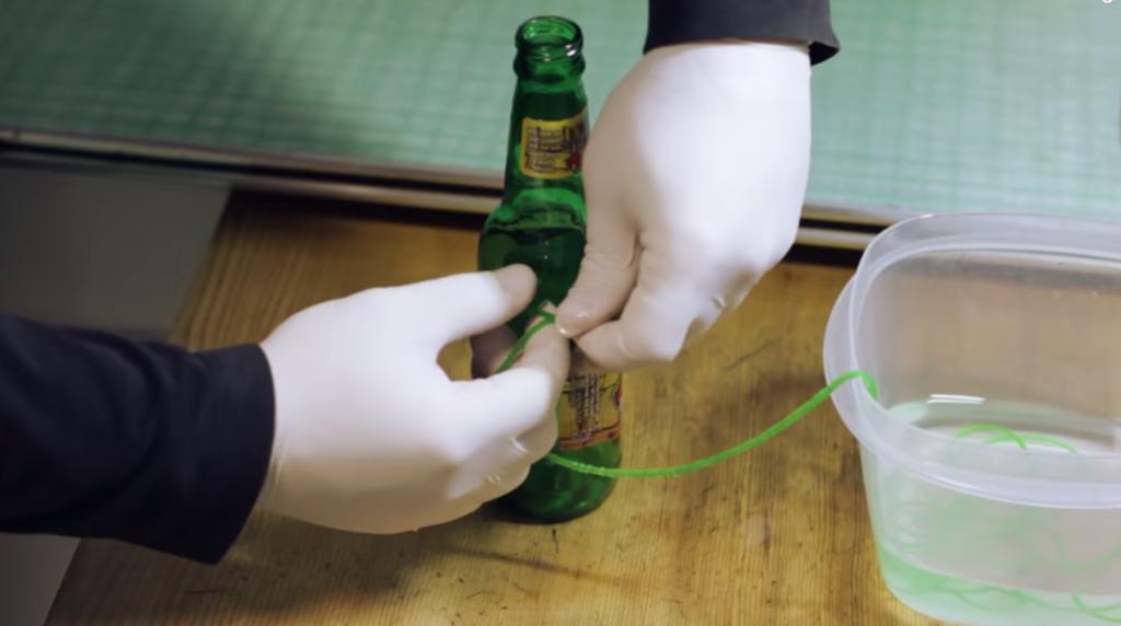 喝完的啤酒瓶絕對不要丟掉,因為可以用它們簡單做出漂亮的玻璃杯喔!
