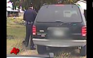 嚴肅的警察開罰單開到一半,脖子上忽然感覺毛毛的!