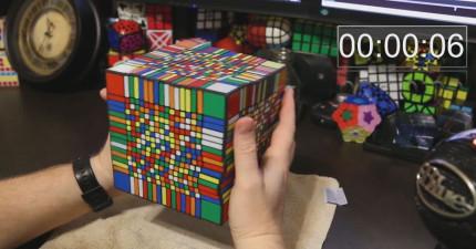 這支加快影片讓你看到這個男生花7個小時完成全世界最大的瘋狂魔術方塊。