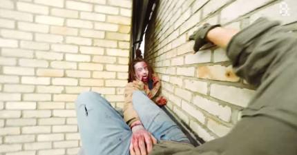 這個男子在屋頂逃離喪屍的過程會讓你的心跳加速!