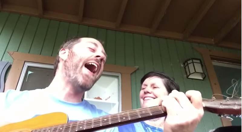 音樂家唱歌給失志母親心碎