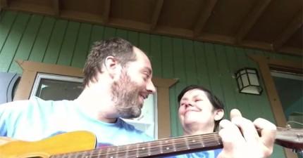這名音樂家為失智症母親唱了一首歌。媽媽的反應讓人完全心碎了。
