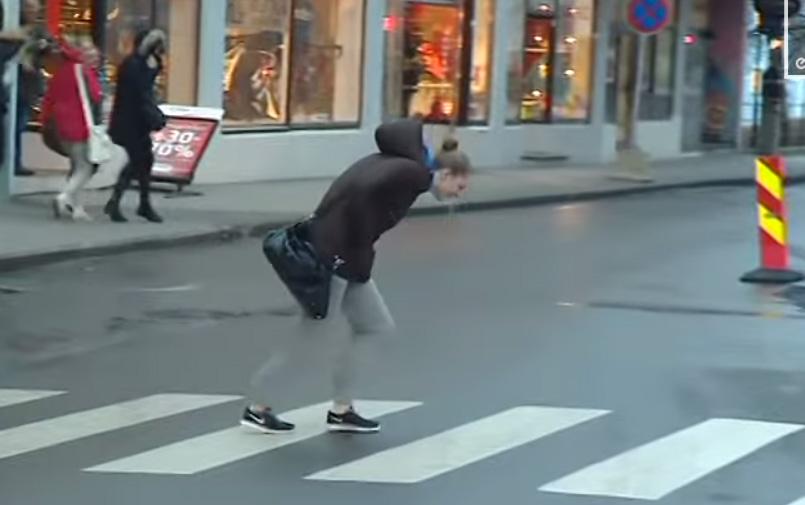 挪威這場最強烈的颱風,讓影片拍下的所有行人看起來像是在學麥可傑克森的月球漫步。