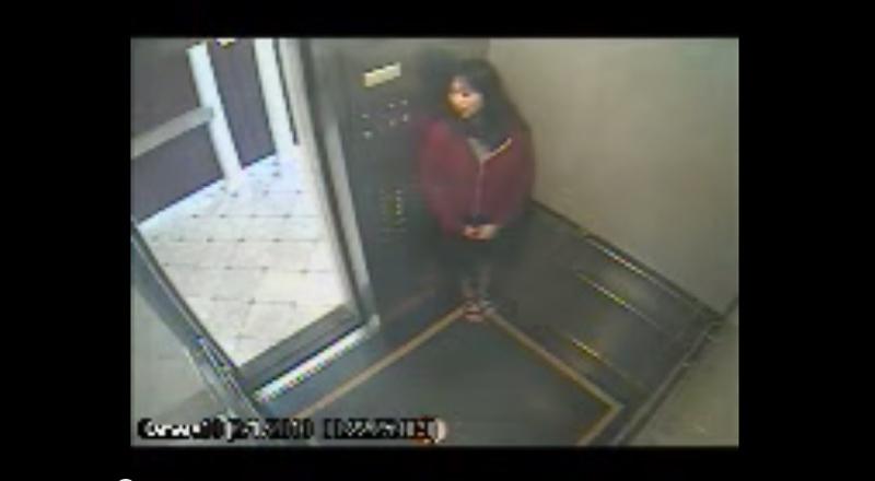 影片一開始,藍可兒走進了電梯,顯然按下了所有樓層的按鈕。接著她便開始等待電梯門關起來,然而不知道什麼原因,電梯門似乎不會關...她便開始環顧四周,一副她在躲某人或是她知道有人要出現的樣子。