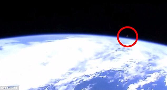 他也表示美国太空总署也移除了这个片段,来隐藏太空人和幽浮联系的事实。日前也有类似的情况出现,结果太空总署也迅速地切换了摄影机。
