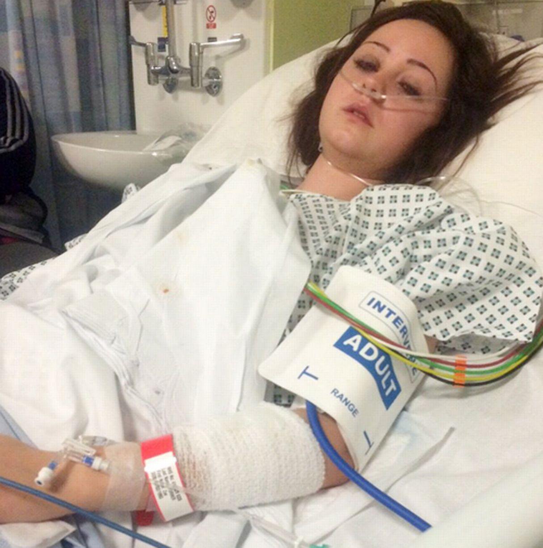她說:「身體劇烈疼痛讓我迷迷糊糊地下了車。當我醒來發現腳不能動時,我心裡十分害怕,害怕我再也不能走路了!」