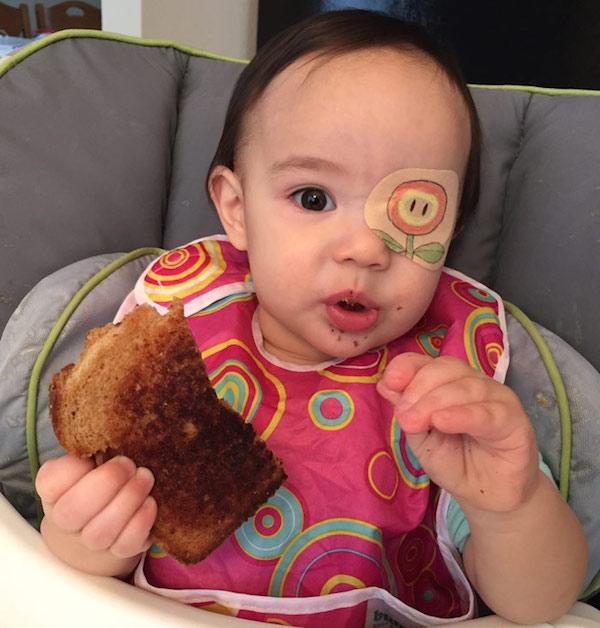 先天罹患眼疾小女孩一直不肯天天戴眼罩,直到她的老爸使出絕招...