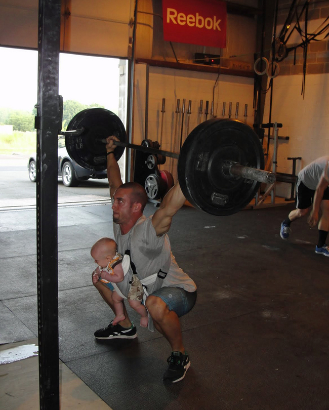 健身的時候也不要背著孩子